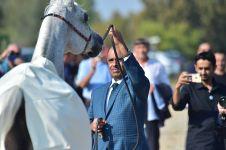 Lo sceicco Hamad Bin Ali Al Thani con uno dei suoi cavalli